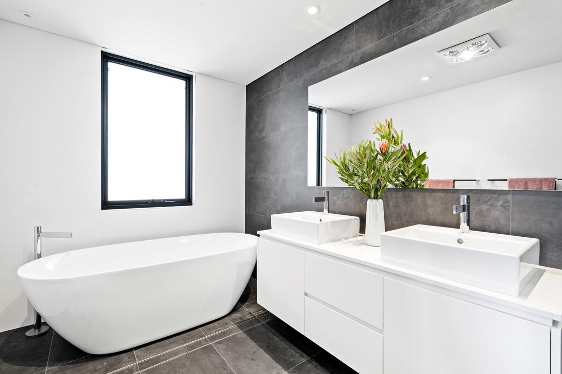 Gremmo Homes bathroom with bathtub